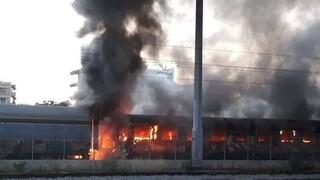 Θεσσαλονίκη: Φωτιά σε εγκαταλελειμμένα βαγόνια του ΟΣΕ
