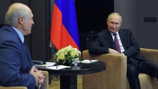 Λευκορωσία: Σε καθεστωτική αλλαγή προσβλέπει η ΕΕ - Στο πλευρό του Λουκασένκο ο Πούτιν