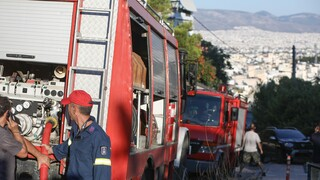 Υπό έλεγχο η πυρκαγιά στη Νίκαια - Συνελήφθη 26χρονος για εμπρησμό από αμέλεια