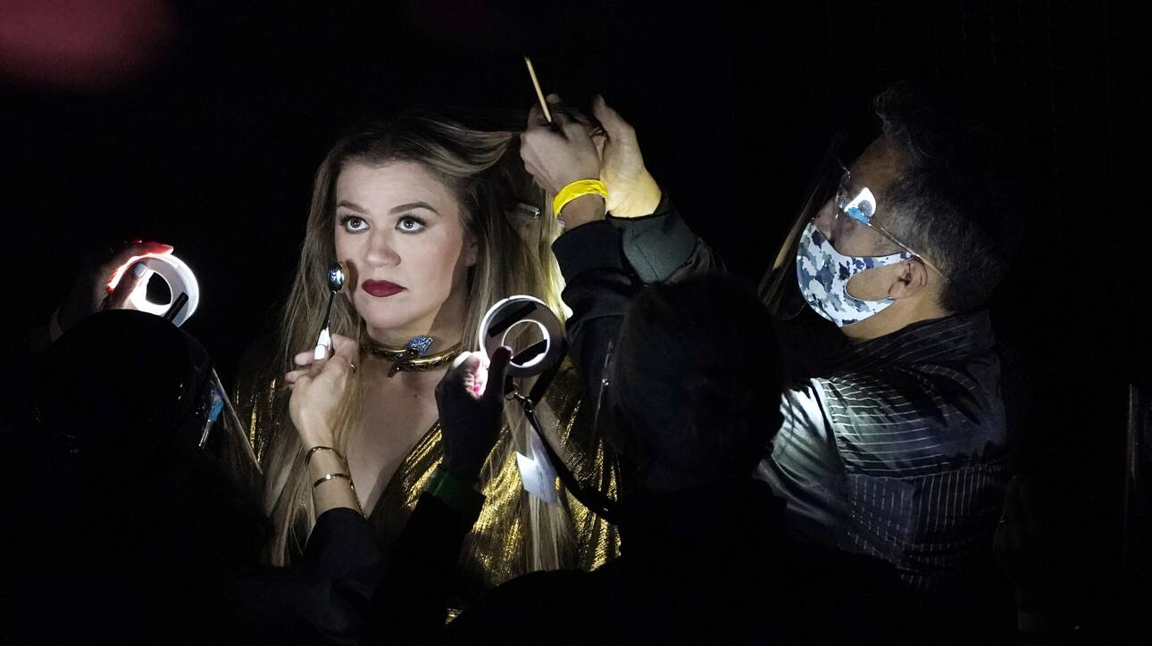 Η Κέλλυ Κλάρκσον παίρνει την σκυτάλη από την Έλεν ντε Τζένερις