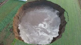 Μεξικό: Τεράστια τρύπα άνοιξε στη μέση ενός χωραφιού και απειλεί να «καταπιεί» σπίτι