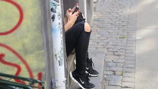 Έρευνα: Η συχνή χρήση κινητού από τους εφήβους συνδέεται με ανθυγιεινή διατροφή και αύξηση βάρους