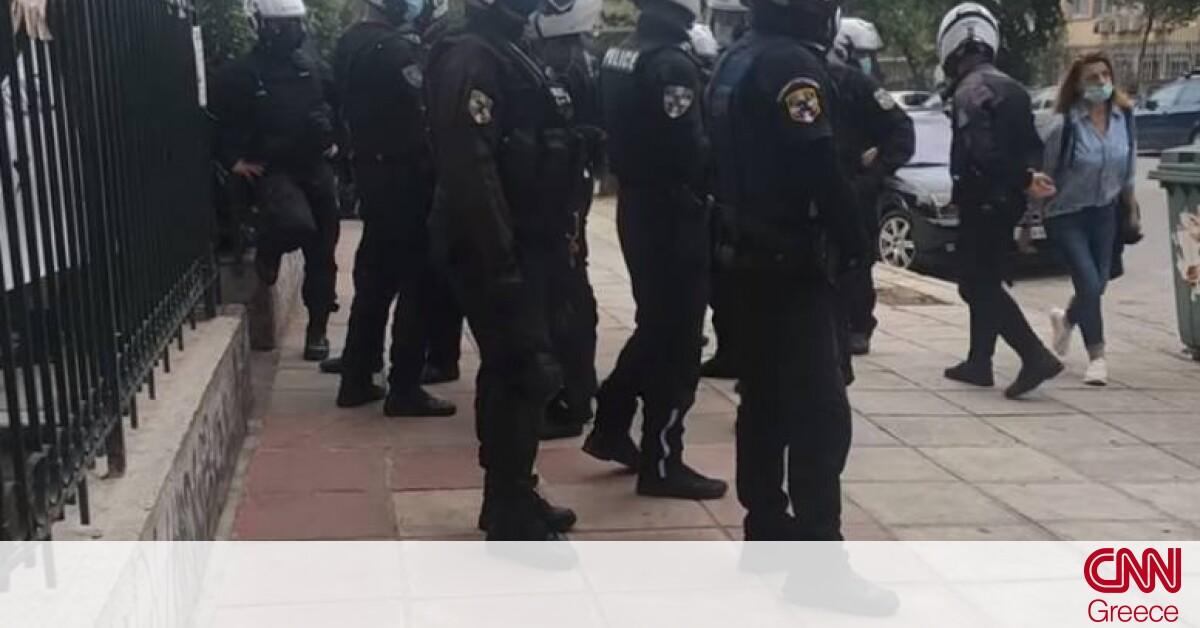 Ένταση έξω από το ΑΠΘ: Συγκέντρωση κατά αστυνομικών που περιφρουρούν για κορωνοπάρτι