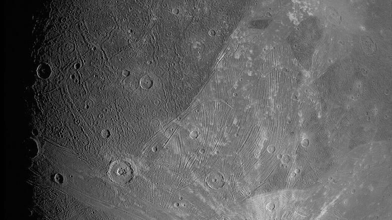 Juno: Οι πρώτες κοντινές φωτογραφίες από το παγωμένο φεγγάρι του Δία