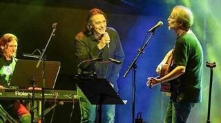 Υπό βροχή αλλά sold out η πρώτη συναυλία στην Τεχνόπολη - Σακελλαροπούλου και Μπακογιάννης ήταν εκεί