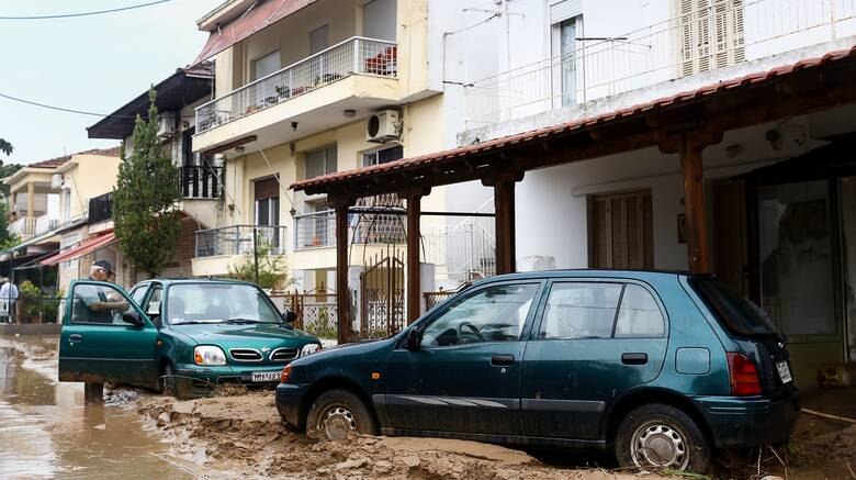 Συναγερμός στη Θεσσαλονίκη: Έρευνες για οδηγό που παρασύρθηκε σε χείμαρρο στην Πολίχνη