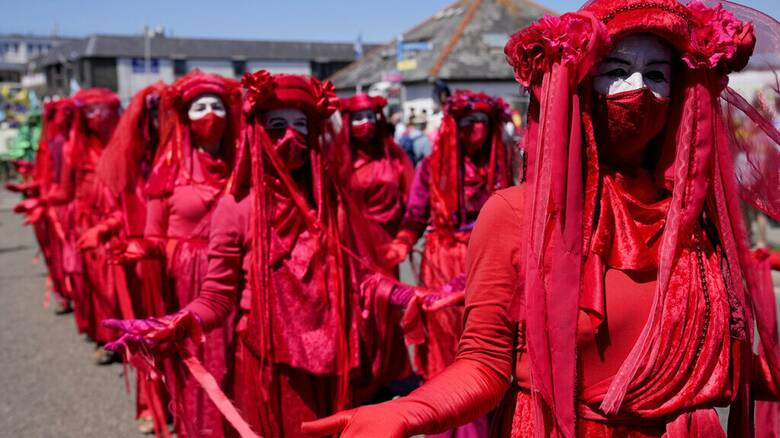 Βρετανία - G7: Με μάσκες και μια «κόκκινη» πομπή, διαδηλωτές ζητούν δράση για το κλίμα