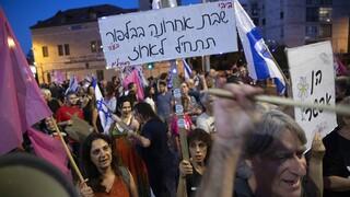 «Μπίμπι ciao»: Πανηγυρισμοί έξω από την οικία Νετανιάχου για την μετάβαση της εξουσίας στο Ισραήλ