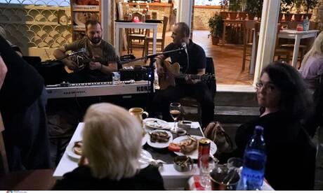 Άρση μέτρων: Το πρώτο Σαββατόβραδο με διασκέδαση μετά μουσικής σε εξωτερικούς χώρους