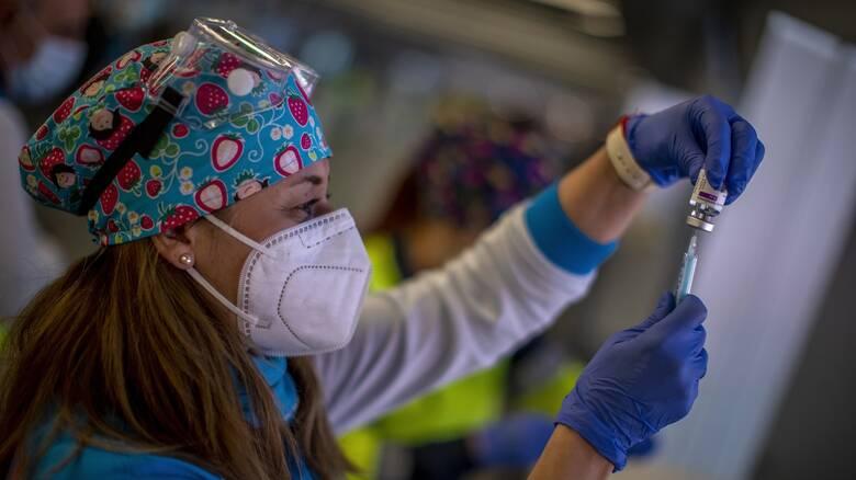 Εμβόλιο AstraZeneca: Σε ποιους συστήνεται, τι θα γίνει με τη 2η δόση