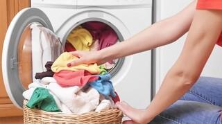 Γιατί το πλύσιμο στους 30°C είναι καλό και για τα ρούχα μας και για το περιβάλλον