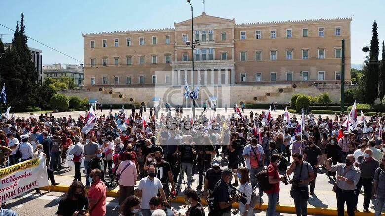 Απεργία: Σε εξέλιξη οι κινητοποιήσεις κατά του εργασιακού στο κέντρο της Αθήνας