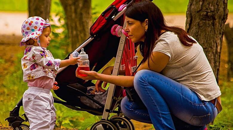 Μητέρες ανηλίκων: Πώς θα πάρετε σύνταξη πριν τα 62 - Οι προϋποθέσεις