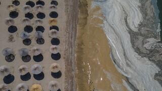 «Καθαρίζοντας» τον Μαρμαρά: Συνεχίζονται οι εργασίες αφαίρεσης της βλέννας