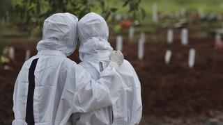 Κορωνοϊός - Reuters: Τέσσερα  εκατομμύρια οι θάνατοι παγκοσμίως