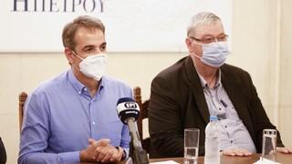 Μητσοτάκης από τα Ιωάννινα: Πρόκληση να πείσουμε όσο το δυνατόν περισσότερους να εμβολιαστούν