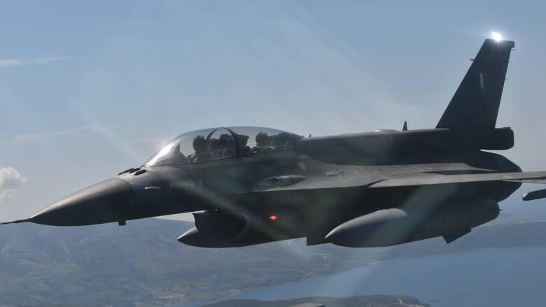 Πτήση του αρχηγού ΓΕΕΘΑ με μαχητικό F-16 πάνω από το μνημείο του Νίκου Σιαλμά