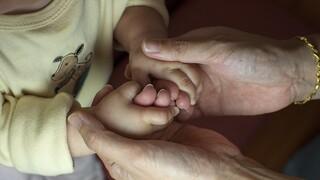 Μητέρες ανηλίκων: Σύνταξη πριν από τα 62 - Ποιες οι προϋποθέσεις