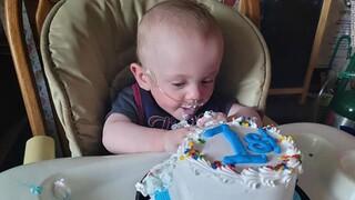 «Χωρούσε στην παλάμη μου»: Το πιο πρόωρο μωρό του κόσμου γιόρτασε τα πρώτα του γενέθλια
