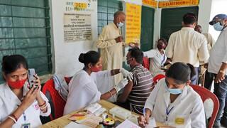 Ινδία: Ξεκινά ο εμβολιασμός όλων των ενηλίκων-Στη μάχη κατά του κορωνοϊού και η γιόγκα