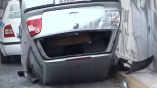 Τροχαίο στη λεωφόρο Αμφιθέας: Ανατράπηκε αυτοκίνητο