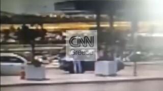 Βίντεο – ντοκουμέντο: Η στιγμή της σύλληψης μελών σπείρας με πλαστά ταξιδιωτικά έγγραφα