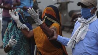 Ινδία: Στη δίνη της πανδημίας – Ακόμη 1.321 θάνατοι εξαιτίας της COVID-19
