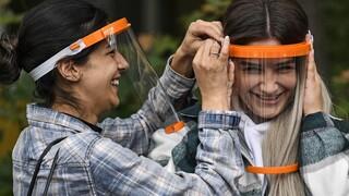 Κορωνοϊός: Οι πλαστικές προσωπίδες προσφέρουν ελάχιστη έως καθόλου προστασία