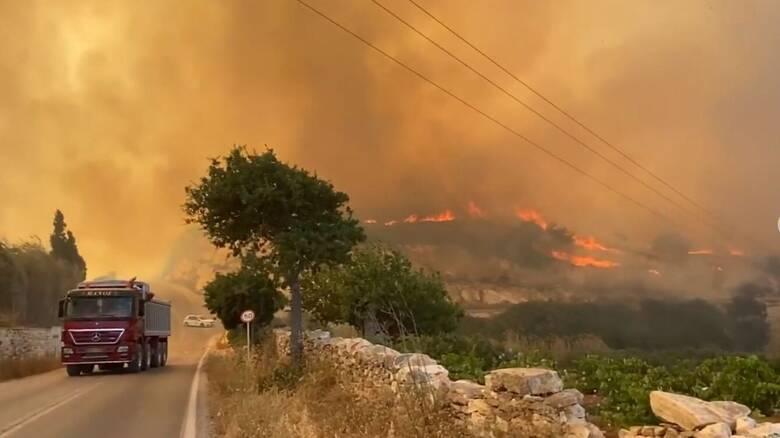 Φωτιά στην Πάρο: Ενισχύονται οι πυροσβεστικές δυνάμεις από Αθήνα, Πειραιά και νησιά
