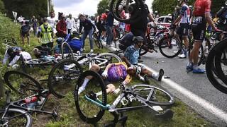 Tour De France: Απερίσκεπτη θεατής προκάλεσε καραμπόλα και τραυματισμούς