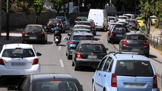 Κίνηση στους δρόμους της Αθήνας: Πού σημειώνονται καθυστερήσεις