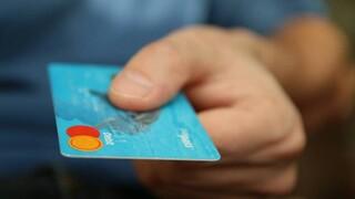 ΕΕΤ: Μονιμοποιείται το όριο των 50 ευρώ για ανέπαφες συναλλαγές χωρίς PIN