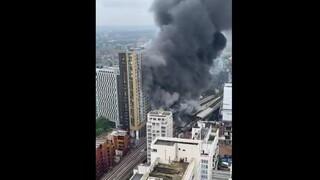 Βρετανία: Μεγάλη φωτιά κοντά σε σιδηροδρομικό σταθμό στο Λονδίνο