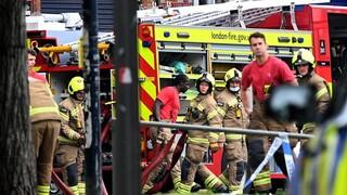 Λονδίνο: Υπό έλεγχο η μεγάλη φωτιά κοντά σε σιδηροδρομικό σταθμό