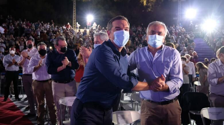 Συνδιάσκεψη ΣΥΡΙΖΑ: Τα 4+1 εκλογικά μηνύματα Τσίπρα και ο συμβολισμός μιας φωτογραφίας
