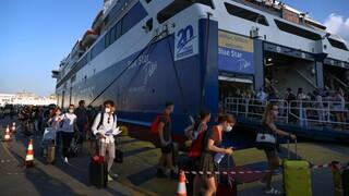 Κορωνοϊός: Ουρές στο λιμάνι του Πειραιά με φόντο τα νέα μέτρα - Αυστηροί έλεγχοι