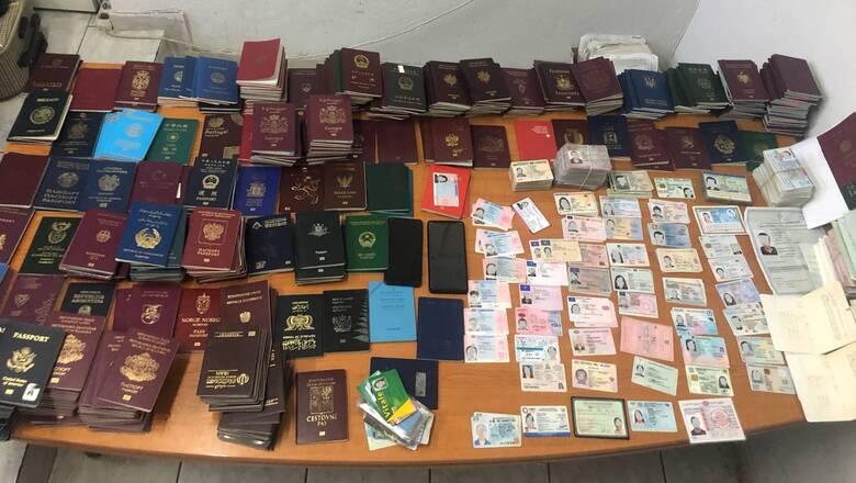 Τους έπιασαν στα «πράσα» με εκατοντάδες πλαστά διαβατήρια