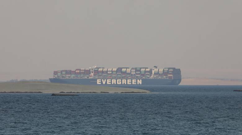 Το Ever Given «σήκωσε άγκυρες»: Το τεράστιο πλοίο εγκαταλείπει επιτέλους τη Διώρυγα του Σουέζ