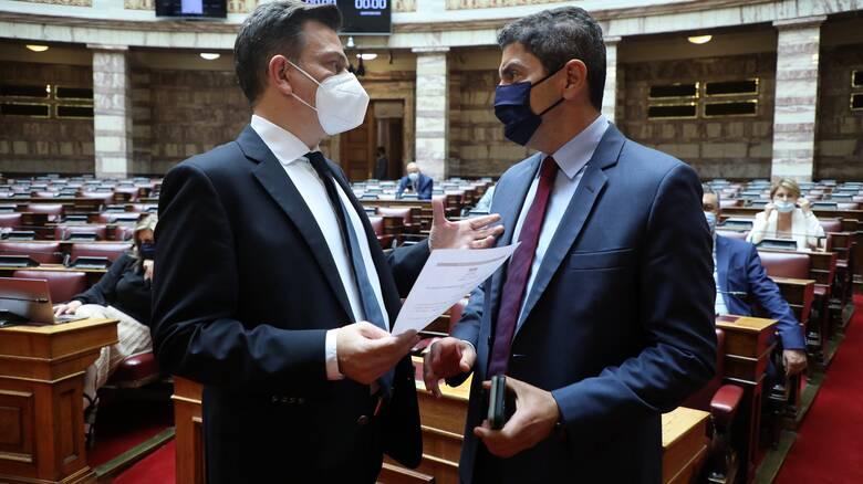 Βουλή: Κόντρα Αυγενάκη - Μωραΐτη για τη Βόρεια Μακεδονία