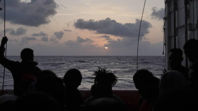 Ocean Viking: Ζητά επειγόντως λιμάνι για να αποβιβάσει 572 μετανάστες που περισυνέλλεξε