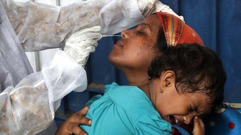 Υποχωρεί το φονικό κύμα κορωνοϊού στην Ινδία - 817 θάνατοι, σχεδόν 46.000 κρούσματα