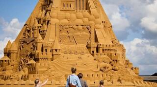 Στη Δανία το ψηλότερο κάστρο στην άμμο - Σύμβολο της πανδημίας