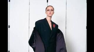 Έλα Έμχοφ: Η κόρη της Καμάλα Χάρις έκανε πασαρέλα για τον οίκο Balenciaga στο Παρίσι