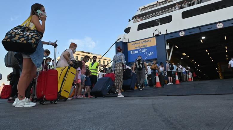 Το αδιαχώρητο στα λιμάνια του Πειραιά και της Θεσσαλονίκης