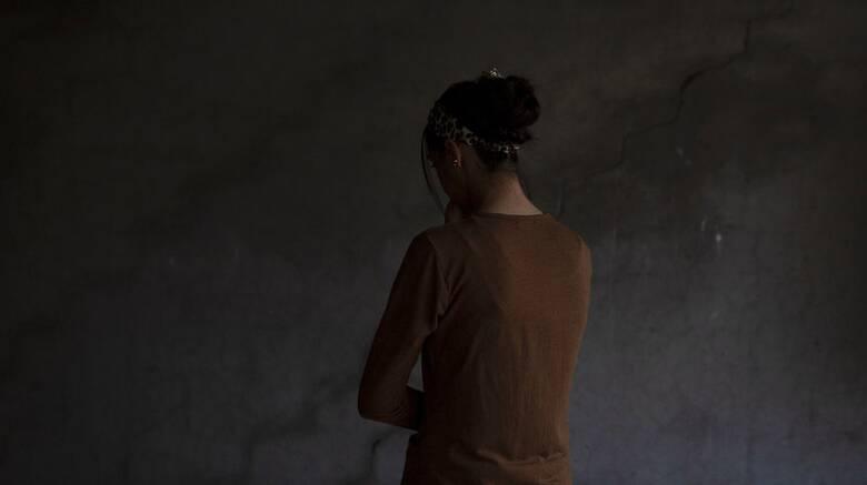 19 χρονη καταγγέλλει ότι την εξέδιδε αστυνομικός-Σύλληψη του πατέρα της για σεξουαλική κακοποίηση