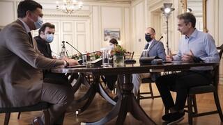 Σύσκεψη στο Μαξίμου για τη μετάλλαξη «Δ»: Στο τραπέζι και οι κατασκηνώσεις