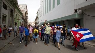 Βαθαίνει η κρίση στην Κούβα: Πρωτοφανείς αντικυβερνητικές διαδηλώσεις σε πολλές πόλεις