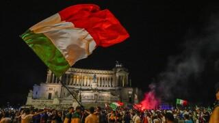 Στη Ρώμη η κούπα του Euro 2020: Ατέλειωτοι πανηγυρισμοί στις ιταλικές πόλεις