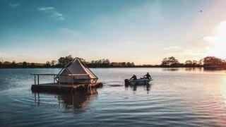 «Κάμπινγκ σε σχεδία»: Ένα πολύ πρωτότυπο ξενοδοχείο σε λίμνη στη Φλάνδρα