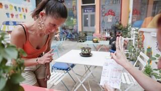 Θεσσαλονίκη: Κωφοί σερβιτόροι σε καφέ που προωθεί τη νοηματική γλώσσα